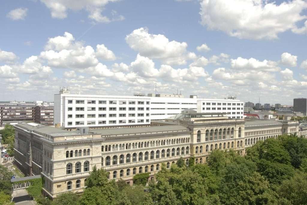 Blick vom Dach des Physik-Neubaus, Eugene-Paul-Wigner-Gebaeude, auf das Hauptgebaeude der Technischen Universitaet Berlin, TUB